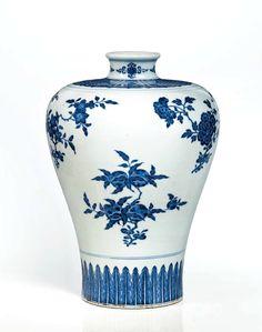 Vase en porcelaine bleu blanc, meiping, Chine, dynastie Qing, Marque à six caractères en cachet en bleu sous couverte et époque Qianlong (1736-1795)