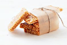 Sesame Brittle « Recipe « Zoom Yummy on We Heart It Sesame Brittle Recipe, Brittle Recipes, Just Desserts, Delicious Desserts, Yummy Food, Healthy Food, Ti Food, Candy Recipes, Dessert Recipes