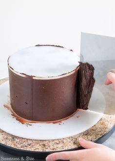 How to ganache a cake - step-by-step tutorial. Learn how to make ganache, then how to get smooth straight sides on your cake and super sharp ganache edges! Ganache Recipe, Icing Recipe, Frosting Recipes, Cake Recipes, Cake Decorating Techniques, Cake Decorating Tutorials, Cookie Decorating, Decorating Cakes, Drip Cakes