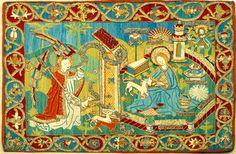 DI 76 (Lüneburger Klöster) Kloster Ebstorf 4. V. 15. Jh. Signatur: DI 76, Nr. 60 Lesepultdecke.1) Leinen mit Stickerei. Die querrechteckige Decke, die in der Schatzkammer ausgestellt ist, zeigt Maria mit dem Einhorn in dem von einer sechsseitigen Mauer eingefaßten Hortus conclusus, links vor dem Eingangstor der Erzengel Gabriel als Jäger mit vier Hunden. Er hält ein Horn, aus dem ein Schriftband mit der Inschrift A hervorgeht, den Hunden sind die Schriftbänder B–E zugeordnet. Weitere Schri