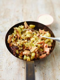 Jamie's Potato & Smoked Trout Hash recipe served with a creamy horseradish dressing, is a perfect simple supper using leftovers from your fridge. Trout Recipes, Seafood Recipes, Dinner Recipes, Nigella, Horseradish Recipes, Hash Recipe, Smoked Trout, One Pan Meals, Baked Fish