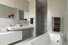 Fixada na parede próximo à banheira (acima), peça mantém a toalha quentinha e seca
