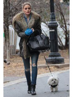 """防寒もバッチリなボリュームファー付きのモッズコートで、カジュアルなお散歩スタイルにリュクスな雰囲気を添えたオリヴィア。シャツとパンツをデニムで揃えたワンマイルウェアに、「ジバンシィ」""""アンティゴナ""""や「イザベル マラン」のショートブーツでモードにフル装備!"""