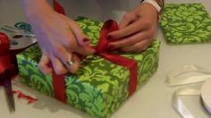 Un metodo veloce, facile ma molto efficace per fare un fiocco perfetto al vostro pacco regalo. Utilizzando un semplice nastro, si può rendere una confezione ancora migliore e non solo per regali di Natale, ma anche per compleanni o per la nascita di un bambino.  Fonte Video: https://www.youtube.com/channel/UCeNZ0BJS3kczAETE65ZxH9A