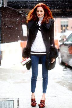Skinny jeans y mocasines con tacón para un look bastante masculino. No puede faltar el abrigo, el tiempo obliga.