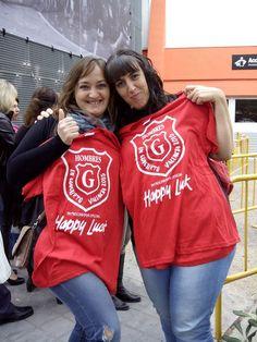 Ellas ya tienen la camiseta oficial de Happy Luck del concierto de Hombres G en Valencia