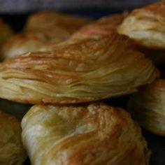 Receita de Pasteis de Cháves - 500 gr de farinha de trigo, 3 unidades de ovo, água morna com sal a gosto, 400 gr de margarina para folhar, carne moída refog...