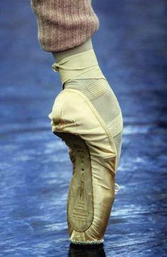 Fashion Shoes Photography Inspiration Legs New Ideas Dancers Feet, Ballet Feet, Ballet Dancers, Ballerinas, Ballet Barre, Ballet Images, Ballet Photos, Pointe Shoes, Dance Shoes