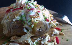 Bagte kartofler med pulled chicken og coleslaw…