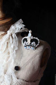 """Купить Брошь-кулон """"Корона"""" - белый, корна, жемчуг, жемчуг натуральный, брошь, кулон, вышивка"""