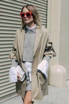 FWPE16 Street Looks at New York Fashion Week, manga sino, camisa, sobreposição, trench coat, camisa, óculos coloridos