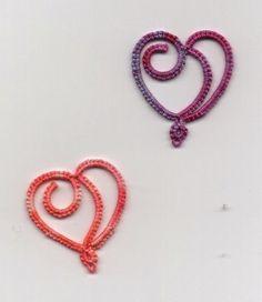 Kiss Curl Heart designed by britinpa , tatted by Frivole with an SCMR ...Le Blog de Frivole: Hearts & Shamrocks ..... *p*