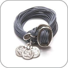 Stoere armband met gespsluiting en muntjesbedel. De band bestaat uit meerdere draden in jeansblauw.