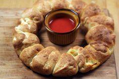 Comfort food: pizzakrans met olijven, mozzarella en pepperoni