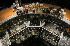 Una parte de diseño eficiente y otra parte de obra de arte. A quien no le gustaría trabajar en esta barra?  Foto por @cocktails_for_you y  @sarkiesbaryangon  - - - - - #Bar #Bartender #Station #Cocktails #Cocktail #Drinks