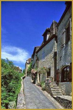 Photo des belles maisons périgourdines allignées dans la rue du Port, à Limeuil classé dans les plus beaux villages de France. Photos de Limeuil, visiter le Périgord, histoire des plus beaux villages de France.