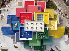 La LEGO House di Billund, in Danimarda, progettata da BIG (Bjarke Ingels Group), dopo 3 anni di lavori ha finalmente aperto. Le immagini.