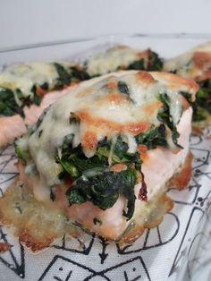 Überbackener Lachs mit einer köstlichen Kruste aus Spinat und Mozzarella. Das klingt nach einer guten Kombination, oder?