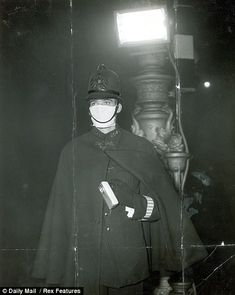 A method of basic Triffid Protection?The Great Smog of London of 1952 - City of London policeman Reg Nicol wearing a smog mask Police officer wearing 'smog' mask, City Of London, Britain - Vintage London, Old London, London City, London History, British History, London Police, Funny Facts, Random Facts, Police Officer