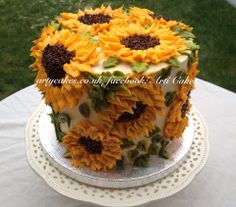 Gorgeous Sunflower Cake....It's all in the frosting tip!!! WOW!!! I would love to try this! I would bake a wonderful carrot cake to be the cake flavoring.
