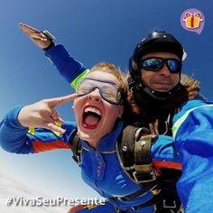 O salto de paraquedas é uma aventura que proporciona todas as emoções para os iniciantes e curiosos desse esporte radical com um instrutor experiente. São mais de 30 segundos de queda livre numa velocidade que atinge cerca de 200km/hora, saltando de um avião a mais de 3km do chão e cerca de 5 minutos de navegação até o pouso. Este salto duplo de paraquedas é uma ótima opção para os amantes de adrenalina e para os que querem saber que cheiro tem as nuvens.
