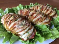 Le patate hasselback sono patate al forno farcite a piacere, la ricetta originale svedese prevede patate con la buccia e l'uso del burro.