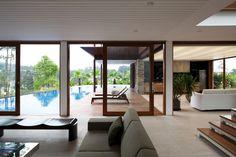 Piscina e integração com a natureza são destaques em casa revestida por madeira - BOL Fotos - BOL Fotos