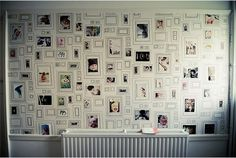 こちら、壁一面を最初っからフレームにしてしまうというウォールーペーパー。直接のお絵描きもOKなので、自分のアートワークで部屋を飾りたい人や子供部屋の壁にもおすすめ。 もちろん、フォトフレームに入れた写真を飾ってもOK。このウォールペーパーだと、ひょろっと描かれたフレームで、ムード違いのフォトフレームも、なんだかオシャレ...