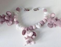 Barnevognskæde til en lille pige #hækle #hæklet #hækling #crochet #crocheting #crochetaddict #virka #virkning #tingtilbaby #babyshower #babystuff #luksusbaby #barnevognskæde #barnevognspynt #barnevognsophæng #hækletbarnevognskæde #amigurumi #hækletelefant #babyelefant #babyelefantenella