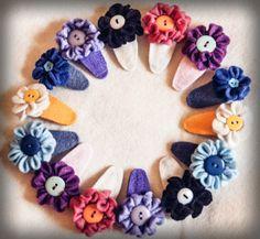 felt flower and button hair clip tutorial Felt Diy, Handmade Felt, Handmade Flowers, Felt Hair Bows, Felt Hair Clips, Felt Flowers, Fabric Flowers, Cute Crafts, Crafts To Make