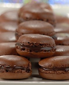 Macarons de Chocolate - RECEITA POR  NESTLÉ Köstliche Desserts, Delicious Desserts, Yummy Food, Food Porn, Macaroons, Clean Eating Snacks, Sweet Recipes, Love Food, Cookie Recipes