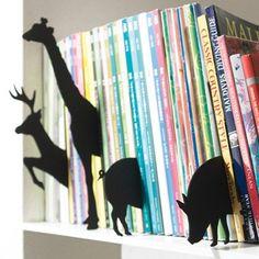 Ideia incrível para a estante de livros do quarto dos pequenos. Você mesmo pode recortar os animais ou outros personagens em papelão!!!!