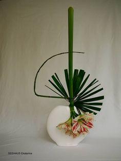 Sogetsu ikebana by Ekaterina Seehaus www.IkebanaWeb.com #ikebana #sogetsu #amaryllis
