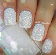 12/12WINTER WEDDINGだったらネイルは雪をイメージしてこんな感じ。 Let Love Sparkle!!