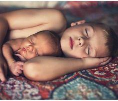 Newborn Sibling, Newborn Baby Photos, Baby Poses, Newborn Pictures, Baby Girl Newborn, Newborn Photography Poses, Newborn Baby Photography, Children Photography, Foto Baby