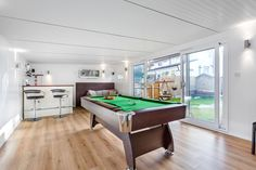 x Chill Out Room & Mini Bar - Green Retreats Backyard Guest Houses, Backyard Bar, Backyard Office, Cabin Design, House Design, Villas, Garden Bar Shed, Summer House Interiors, Chill Room