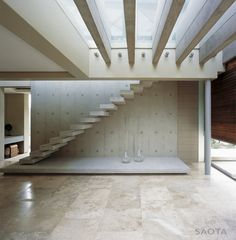 Stairs Without Railing : Contemporary White Staircase Without Railings And Shelving Spaces Under Stairs Photo . Interior Stairs, Home Interior Design, Interior Architecture, White Staircase, Staircase Design, Stair Design, Staircase Ideas, Stairs Without Railing, Infinity Pool