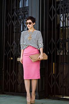saia rosa blusa estampa listras scarpin nude bolsa nude colar