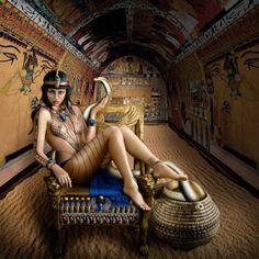 """Reales guerreras -Cleopatra (69 aC-30 aC) """"La Seductora"""" A su alrededor se tejió un gran mito de belleza y seducción. Tuvo amores, poder, y estuvo rodeada de muerte e intriga. Ella misma murió de manera misteriosa y dramática. Una cobra la mordió en su propia cama y se desconoce el lugar en el que guardaron sus restos. La imagen de Sinclair busca resaltar los objetos místicos y simbólicos del pueblo egipcio."""
