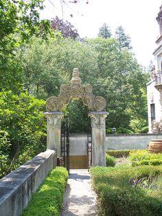 Garden gate in a sundial garden - wowser - how'd ya get that up there? May Garden, British Colonial Decor, Natural Farming, Sundial, Pergola Designs, Garden Gates, Historic Homes, Beautiful Gardens, Garden Design