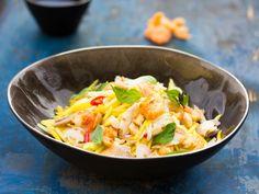 Salat von grüner Mango mit Räucherfisch - Neorm Svye Kchey - Zu finden auf: https://asiastreetfood.com/rezepte/salat-von-gruener-mango-mit-raeucherfisch/