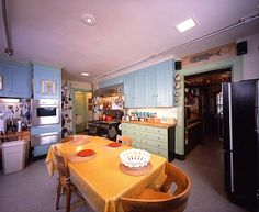 My dear friend Marti has recently again taken up her former career of flight attendant. In her first travels she posted a picture of this beautiful and perfectly equipped kitchen of Julia Child (Marti's photo showed more). I LOVE the green and turquoise with yellow. Would love cabinets like these someday!
