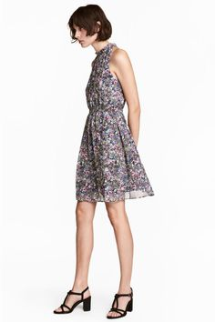 Short dress in airy chiffon in a narrow cut at the top with a small, frilled collar. Gathers around the neck and a deep opening at the back with a button at