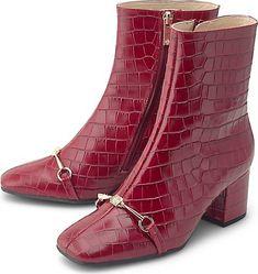 Für ein extravagantes Finish präsentieren die Designer von Högl die elegante Stiefelette aus bordeaux-rotem Leder mit Kroko-Prägung. Die schmale Silhouette mit karreeförmiger Spitze und der goldfarbenem Metall-Riegel runden den edlen Look - ebenso wie der bezogene Blockabsatz - perfekt ab. Wilde, Elegant, Bordeaux, Designer, Makeup Looks, Sneaker, Silhouette, How To Make, Collection