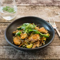 Light and tasty vermicelli rice noodles with a satay twist Vermicelli Noodles, Rice Noodles, Ginger Green Beans, Honey And Soy Sauce, Chicken Satay, Easy Weeknight Dinners, I Foods, Veggies, Tasty