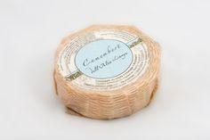 Camembert - Queso de Vaca y Cabra pasteurizada Elaborado por Caseificio Dell Alta Langa , Italia