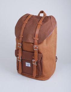 Herschel LITTLE AMERICA CARAMEL i'm not quiet sure about the colour. but black with brown leather or the caramel version is supernice!