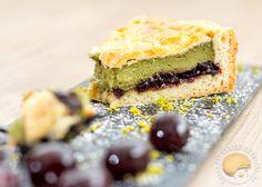 Recette de gâteau basque revisité : crème pâtissière à la pistache et confiture de cerises noires.