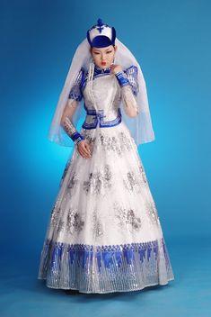 Совершенно случайно набрела на эту серию фотографий модных свадебных платьев для монгольских невест. Была удивлена - красивыеи такие необы...