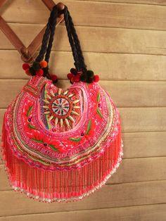Se ami qualcosa di unico e raro... Se ami qualcosa di elaborato e arredati con gusto... O se sei zingara al cuore... Ecco la tua risposta.  Questa borsa unica e affascinante è stata effettuata in costume di depoca tribale. Luso di tessile a far parte del collare tradizionale tribale. (si vede dallultima foto) Il tessile originale unico con motivo tribale tradizionale e super fuori la frangia di perline di gancio. Dopo aver tagliare e cucire questi tessili unico in una borsa moderna, ho…